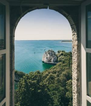 boogvenster architectuur met uitzicht op de zee