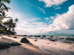 Tropisch-strand-met-stenen